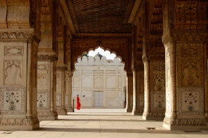 Woman in red sari - Red fort (Delhi)